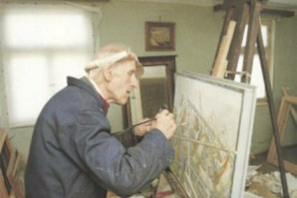 Otto Garten beim Malen in seinem Atelier in Elstra.
