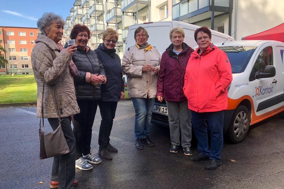 Helga Jentsch (links), Inge Eichler, Ingrid Ast, Doris Baschand, Eva Sauermann und Susanne Suhrmann gehören zu den Mietern des sanierten Wohnblocks der WG Kontakt.