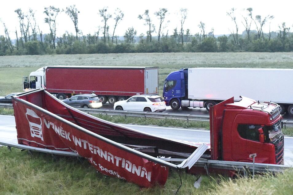Ein beschädigter LKW-Anhänger liegt auf der Autobahn D2 bei Břeclav.