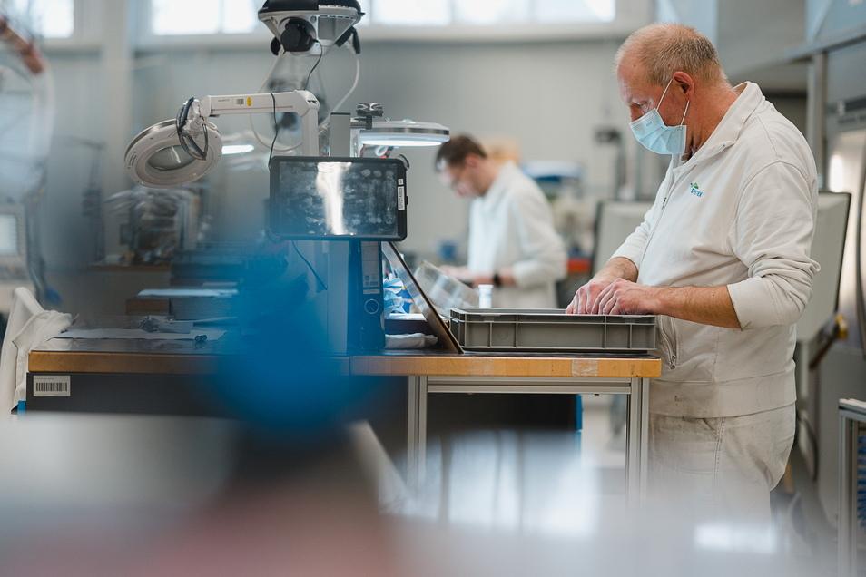 Mike Kögler (links) und Gerhard Thiel fertigen in der neuen Maschinenhalle bei Sysmex Partec in Görlitz Teile an Fräs- und Drehmaschinen.
