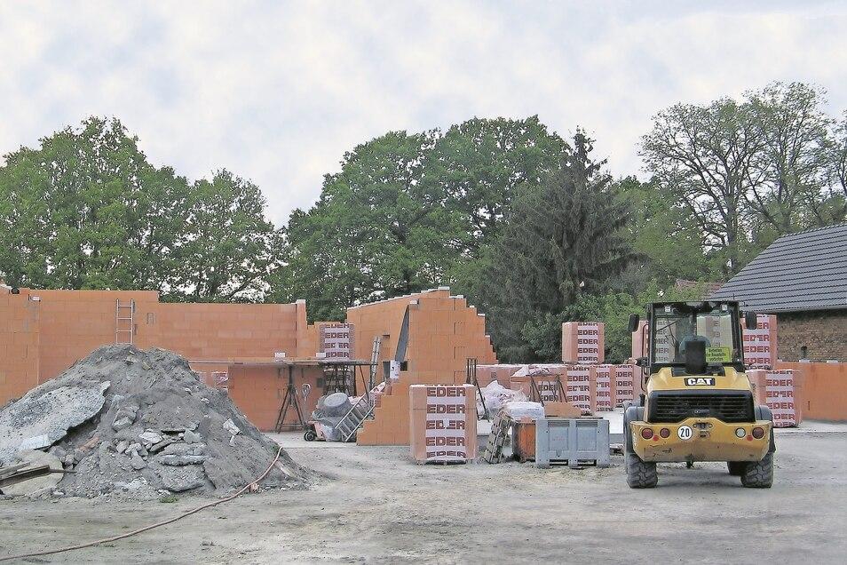 Der Rohbau des Gerätehauses in Rohne nimmt Gestalt an. Im Juni wird der Gemeinderat Schleife dafür weitere Aufträge vergeben.