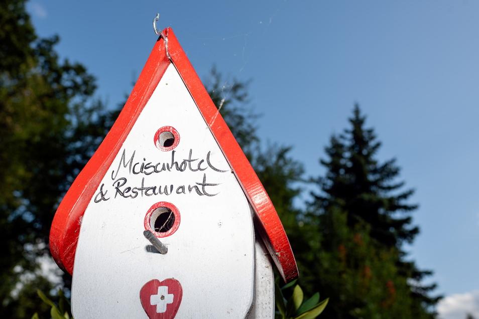 Michael Berndt hat viele Jahre in der Schweiz gelebt. Ein selbstgebautes Vogelhäuschen erinnert an diese Zeit.