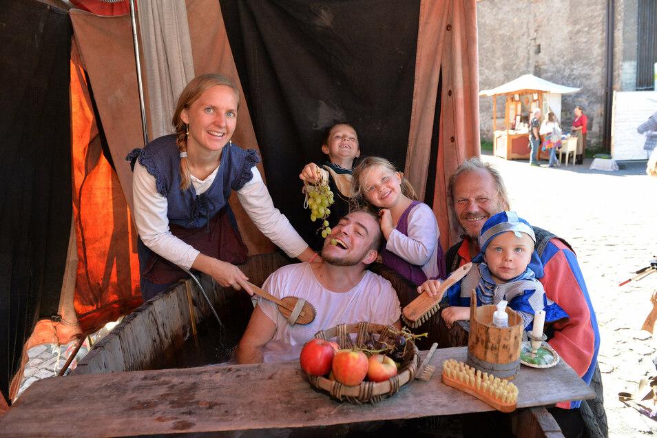 Ronny und Annette Deiters mit den Kindern Till, Magdalena und Florian haben Spaß am Zuber von Lutz Lehmann alias Ludwig der Enterbte (rechts).