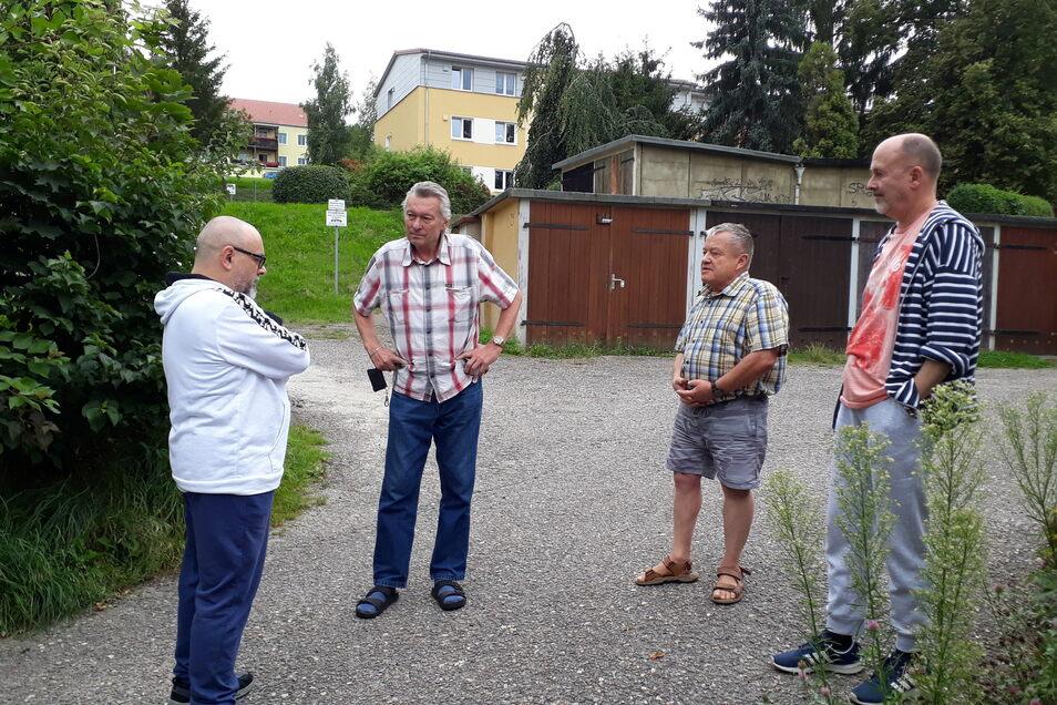 Die Kritiker: Thomas Neidenau, Torsten Klimpel, Siegfried Hochmut und Michael Neidenau (v.l.) monieren den Abriss der Garagen.