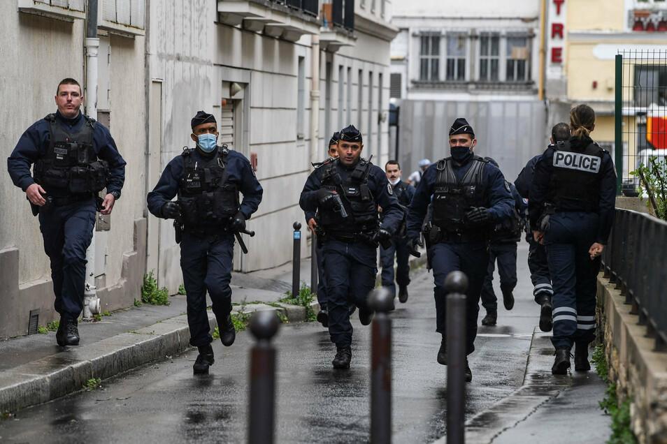 Französische Polizisten eilen zum Tatort. Die Polizei forderte die Bevölkerung dazu auf, den Bereich im elften Arrondissement zu meiden.