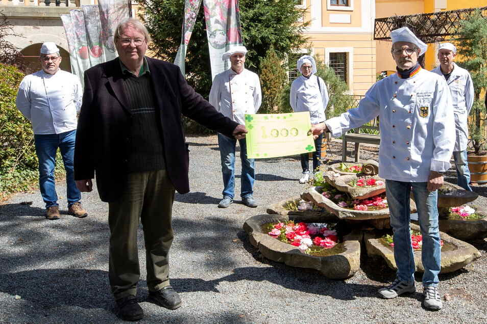 Obermeister Frank Gröger (vorn r.) übergibt zusammen mit Kollegen den Scheck an Matthias Riedel.