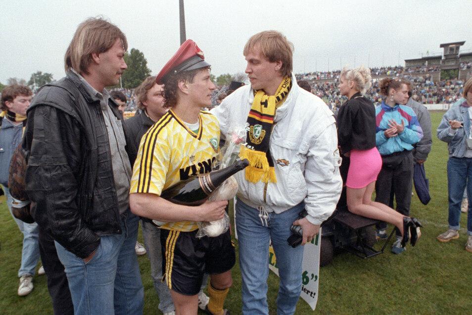Torsten Gütschow freut sich gemeinsam mit einem Fan.