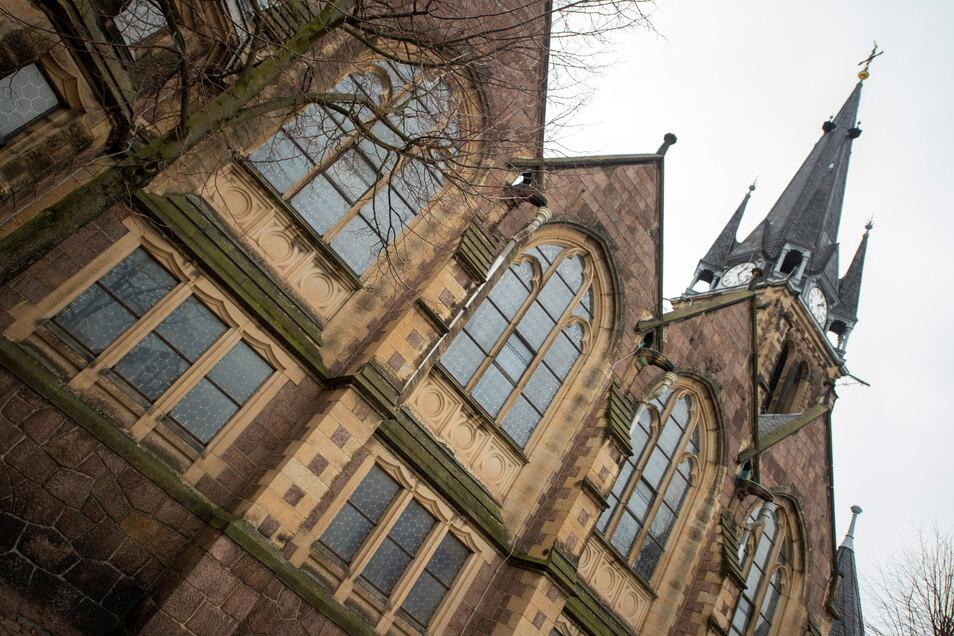 Weinböhlaer St. Martinskirche soll saniert werden: Teile des Daches, die Außenfassade inklusive der Schmuckelemente und der Fugen, der Sandstein am Turm, die Bleiglasfenster und die Regenwasserleitung müssen repariert werden.