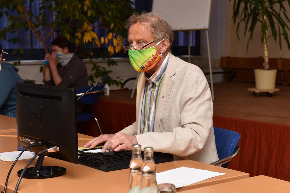 Vorbild Bürgermeister: Auch Thomas Kirsten trug eine Nase-Mund-Maske - aber keine von der Stange, sondern mit Werbelogo für seine Heimatstadt.