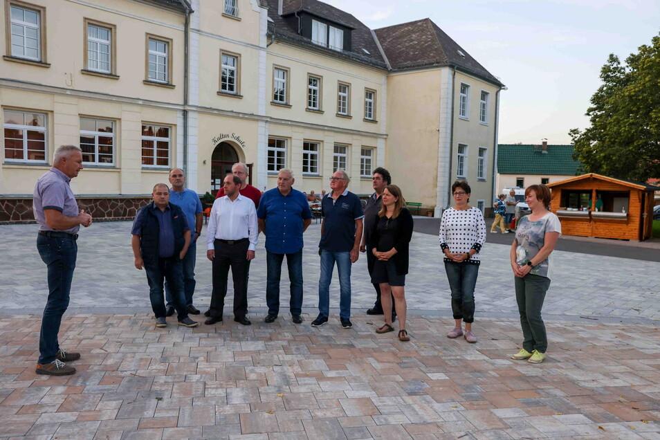 Erst in diesem Jahr wurde der Schrebitzer Dorfplatz mit kleiner Bühne vom Leisniger Straßen- und Tiefbauunternehmen fertiggestellt und zur Ratssitzung im September eingeweiht.
