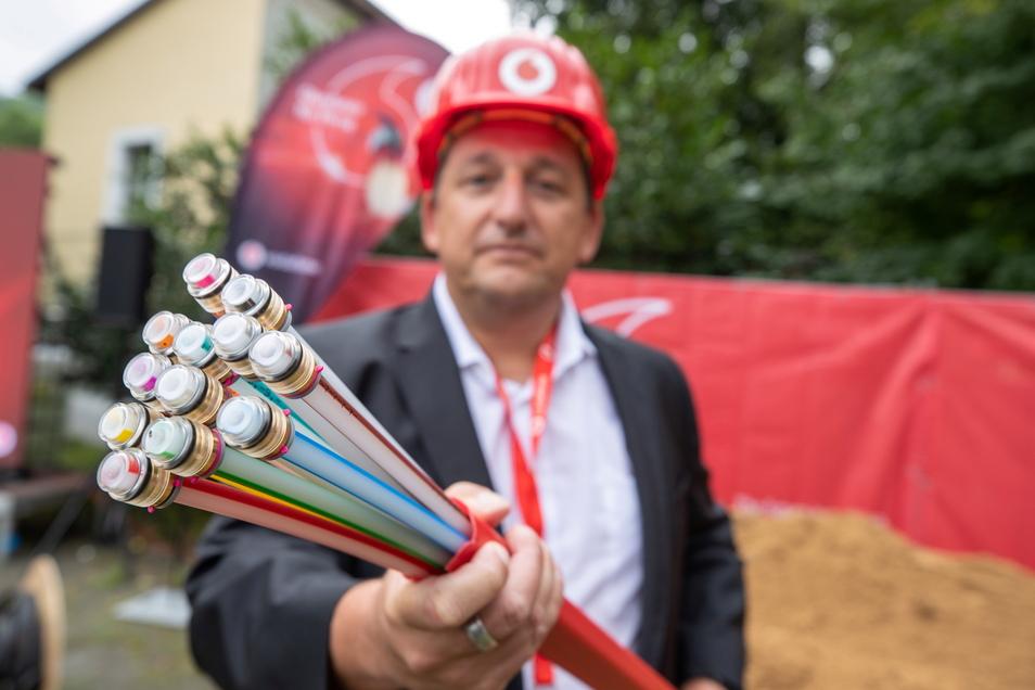 Axel Andrée von Vodafone mit einem neuen Kabelstrang in Pirna: Über 300 Kilometer Glasfaser werden in der Stadt verlegt.