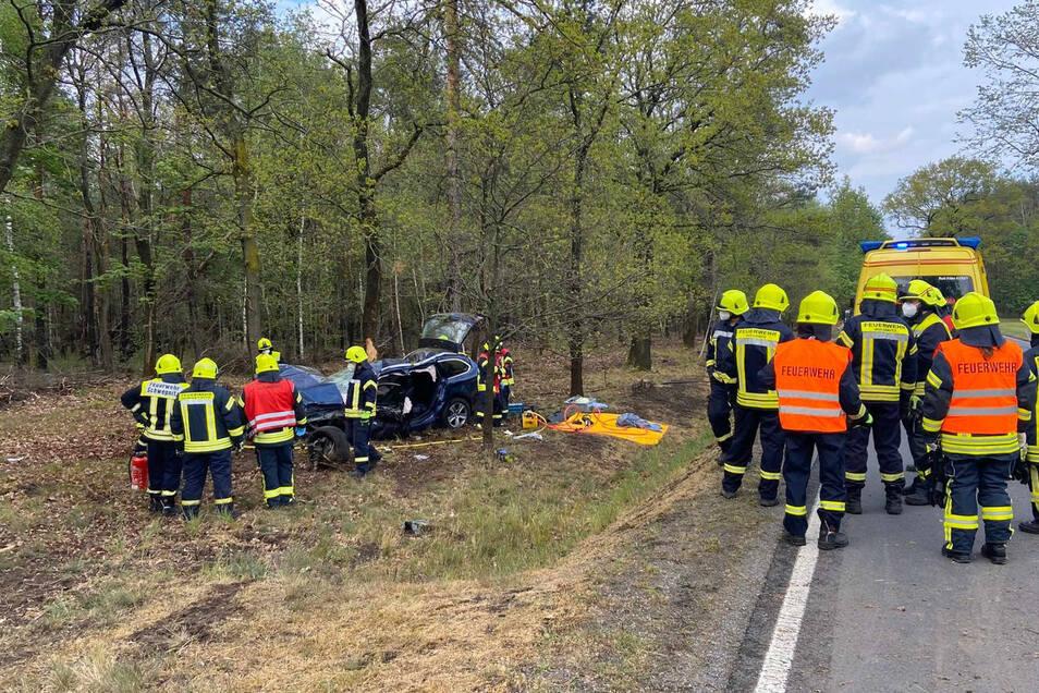 Bei dem Unfall wurde ein Autofahrer in seinem Wagen eingeklemmt und musste von der Feuerwehr befreit werden.