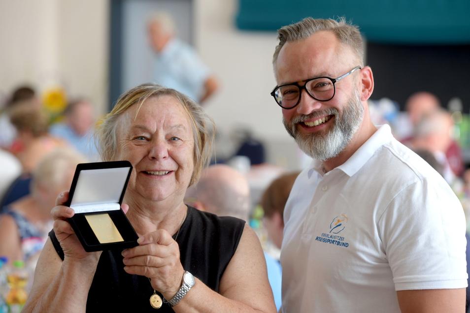 Heidemarie Schatterny aus Ottenhain erhielt die Ehrenmedaille des Landessportbundes. Überreicht hat sie Marko Weber-Schönherr.