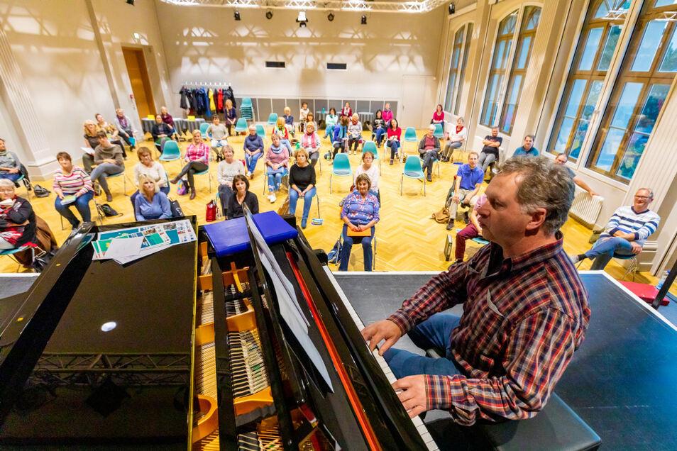 Der Bürgerchor Hoyerswerda studiert derzeit ein neues Programm im Großen Saal des Bürgerzentrums ein. Es soll mehr sein als ein Konzert. Lieder vergangener Zeiten treffen auf Stücke der Neuzeit. Ein Kontrast, der zum Nachdenken anregt.