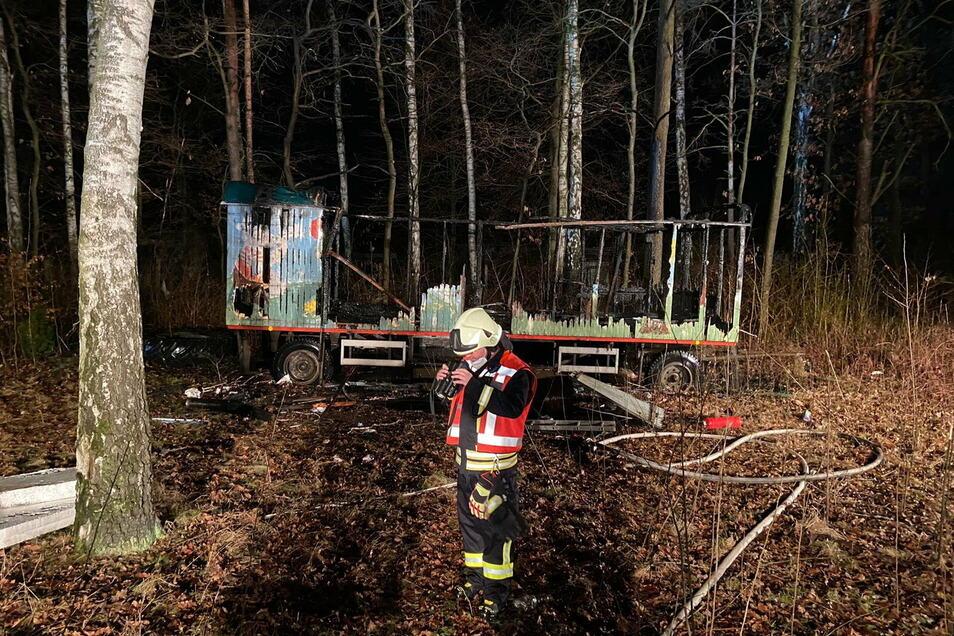 Nur noch die Umrisse sind vom ehemaligen Spielmobil übrig geblieben. Am Montag brannte der Anhänger nieder.