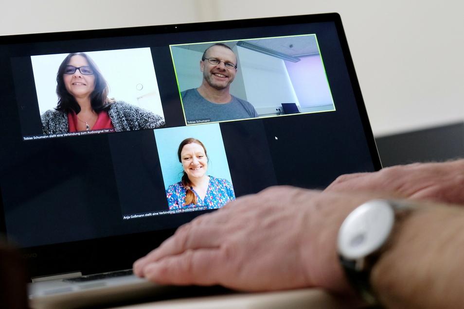 Schulalltag via Team und Zoom: Die Lehrer Marion McKay (auf dem Computerbildschirm links oben), Tobias Schumann und Anja Goßmann lassen sich für den digitalen Unterricht immer wieder etwas Neues einfallen.