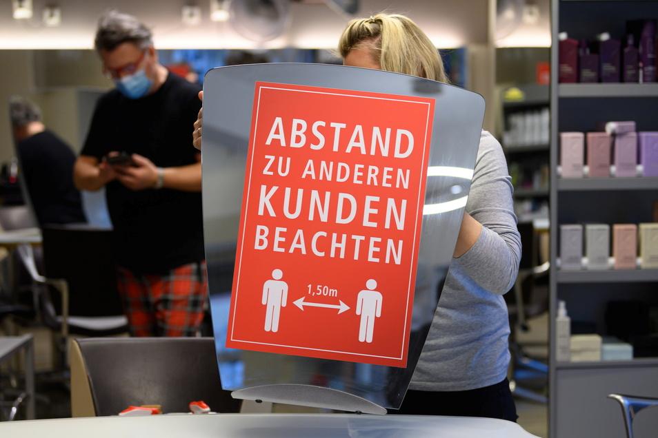 Sie wirken – Hygieneregeln, wie hier in einem Friseursalon in Dresden.