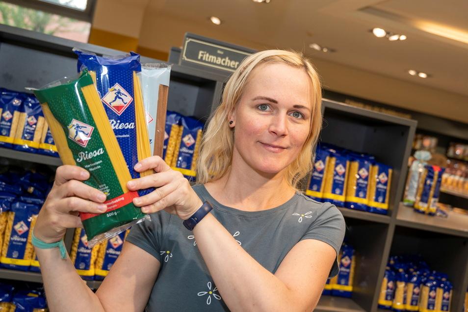 Claudia Pigors ist Betriebsleiterin im Nudelcenter der Teigwaren Riesa. Ob der Werkverkauf von der Auslistung bei Kaufland profitiert, ist offen. Dem Bauchgefühl nach steigt aber die Nachfrage im Onlineshop des Unternehmens.