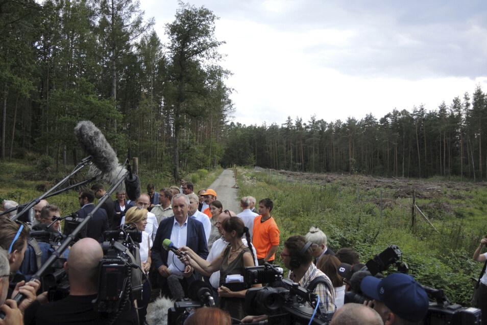 Erste Hilfe für Bäume: Vor trockenen Kiefern bei Moritzburg kündigen Sachsens Landwirtschaftsminister Thomas Schmidt (Mitte, blaues Jackett) und Bundeslandwirtschaftsministerin Julia Klöckner (links daneben) mehr Waldumbau an.