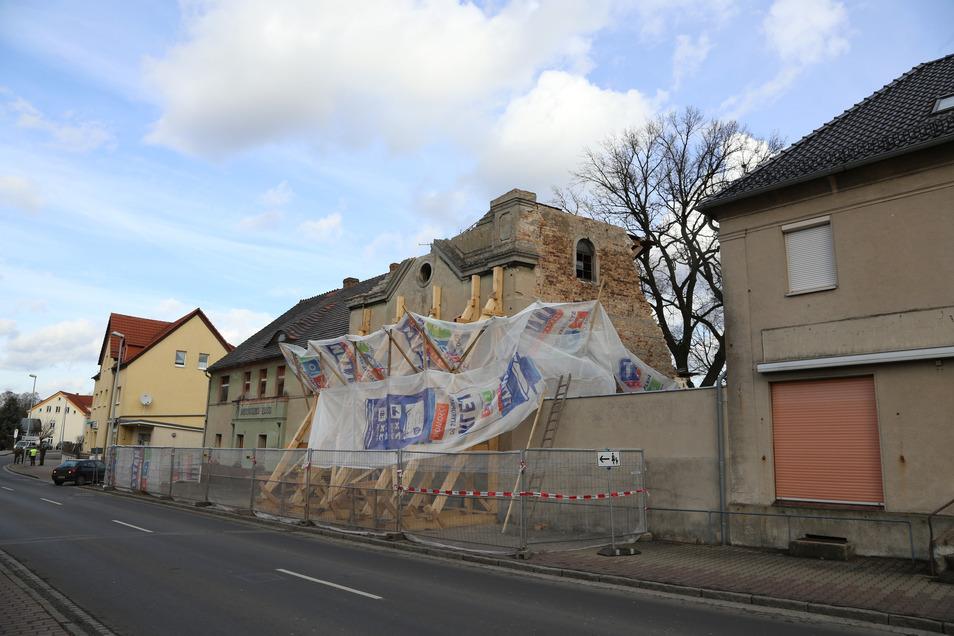 Das Deutsche Haus in Krauschwitz war am 2. Weihnachtsfeiertag 2013 eingestürzt und hatte Haus, Garage und Auto des Nachbarn beschädigt.