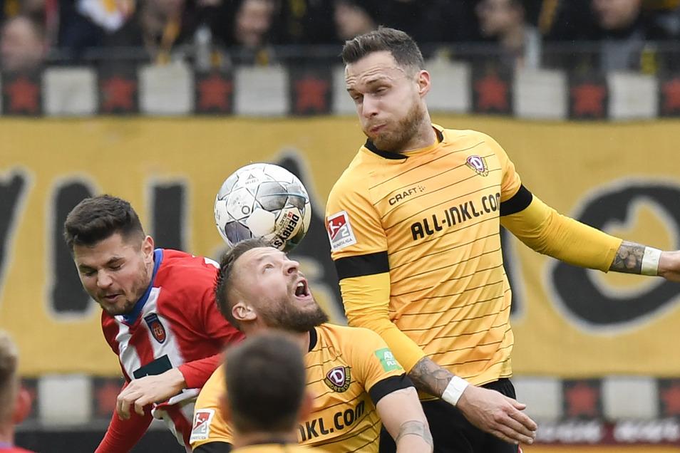 Patrick Schmidt. (r.) stand beim Spiel in Heidenheim besonders im Fokus: Er ist bei Heidenheim unter Vertrag - aber an Dynamo ausgeliehen.