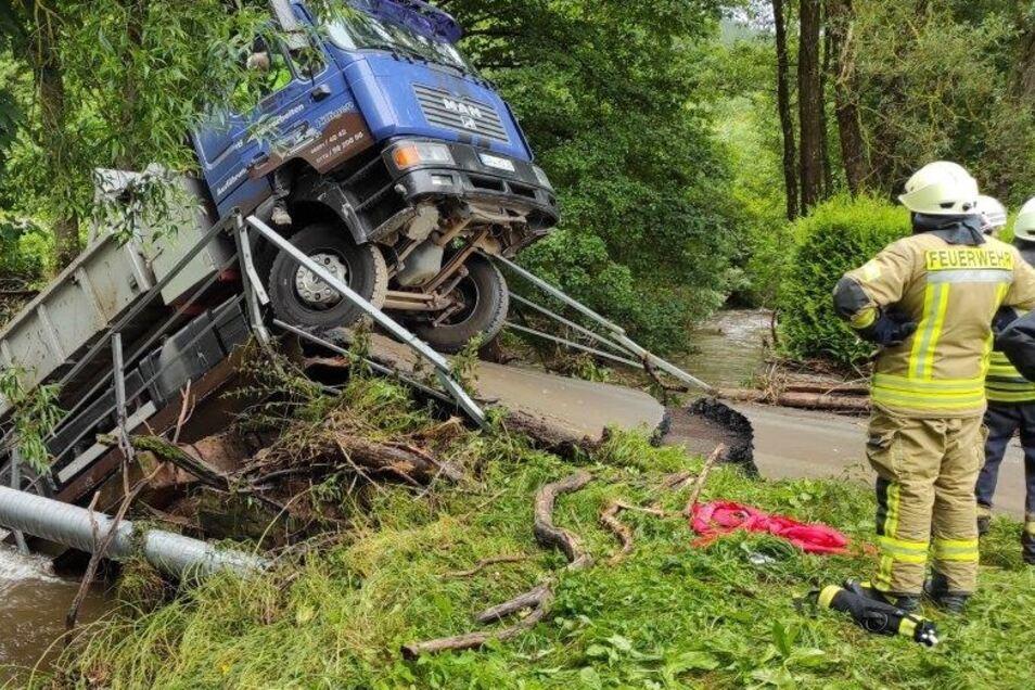 Gerolstein-Müllenborn im August 2021: Feuerwehrleute stehen vor den Trümmern, die die Naturkatastrophe hinterließ.