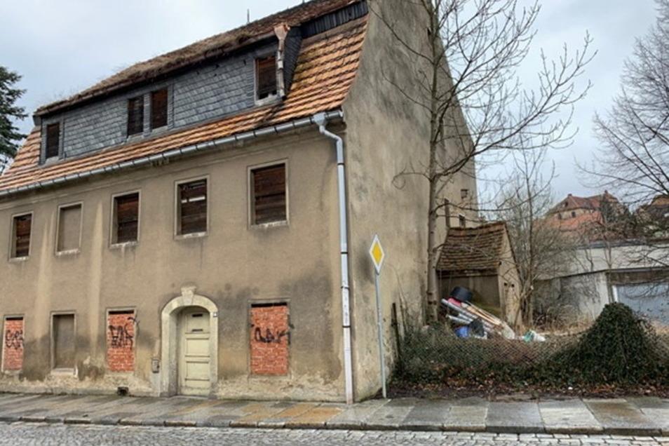 Das Haus stammt aus dem 18. Jahrhundert. Der Verfall schreitet voran, eine Gefahr für die öffentliche Ordnung und Sicherheit sei es laut Stadtverwaltung aber noch nicht.