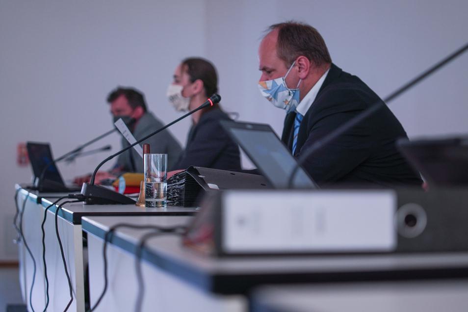 Oberbürgermeister Dirk Hilbert (FDP)erklärt in der Stadtratssitzung, dass Dresden sparen muss.