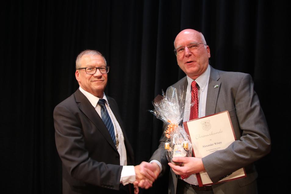 OB Gerhard Lemm (l.) gratuliert Alexander Wäspi aus der bayerischen Partnergemeinde Aschheim. Der Bayer hat mit viel Herzblut die Zusammenarbeit mit Radeberg vorangebracht.