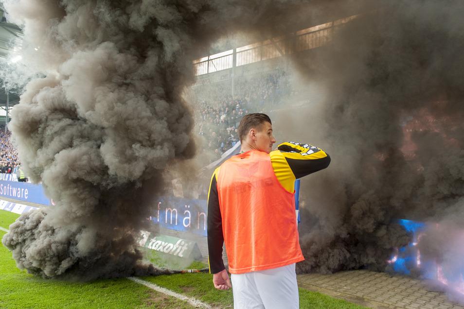 Schwere Ausschreitungen gab es bei einem Drittligaspiel zwischen dem 1. FC Magdeburg und Dynamo Dresden.