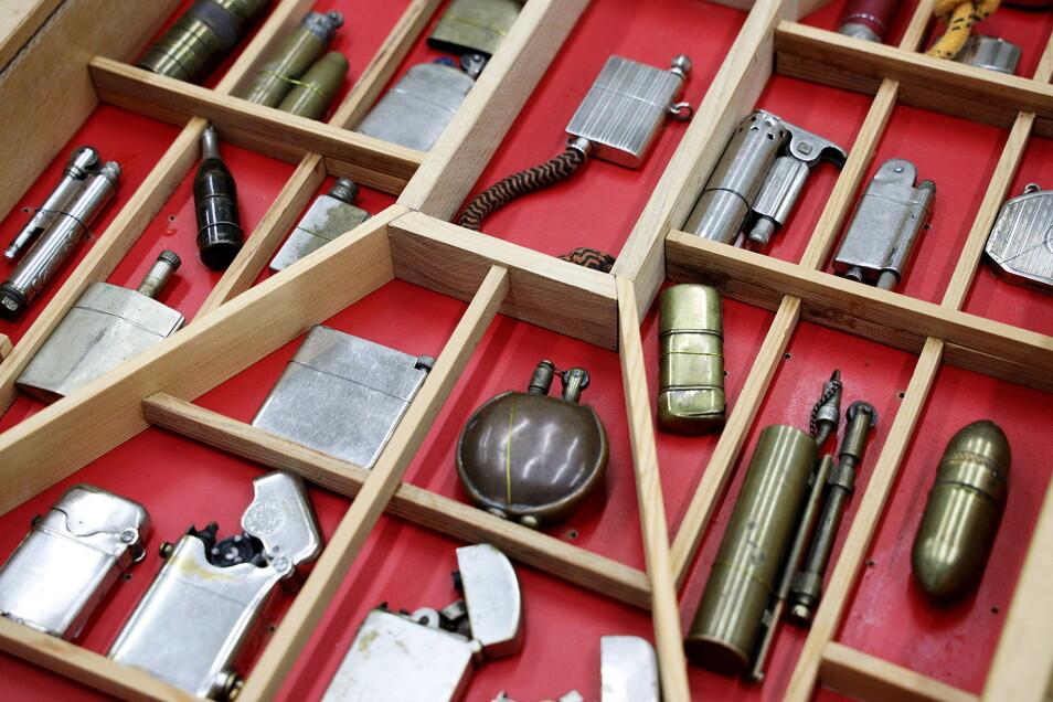 """Eine große Sammlung Feuerzeuge war kürzlich ans Museum übergeben worden. Die neue Sonderausstellung """"Feuer und Flamme"""" zeigt Riesaer Zündhölzer und Feuerzeuge aus aller Welt."""