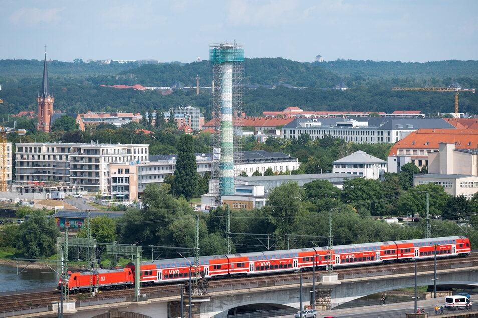 Der Schornstein des Arzneimittelwerks an der Leipziger Straße wird abgerissen.