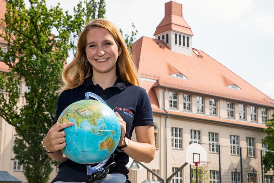 Anna-Lucia Linss zeigte vor ihrer Abreise auf dem Globus, wohin ihre Reise geht. Das Bild entstand im Hof des Bischofswerdaer Gymnasiums. Dort machte die 18-Jährige im Sommer ihr Abi.