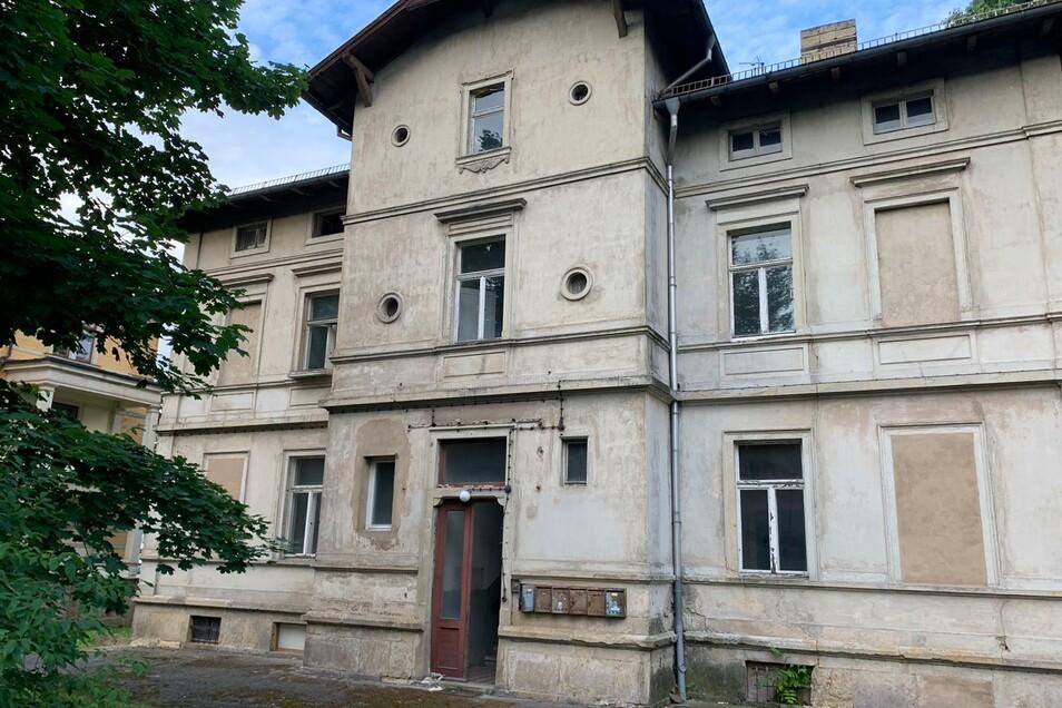Nach dem Polizeieinsatz berichtet eine SZ-Reporterin, Einbruchsspuren seien nicht zu sehen an der Villa.