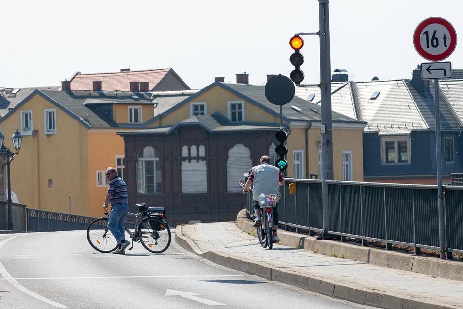 Radfahrer auf der Pirnaer Stadtbrücke: Für sie schaltet die Ampel bald flotter.