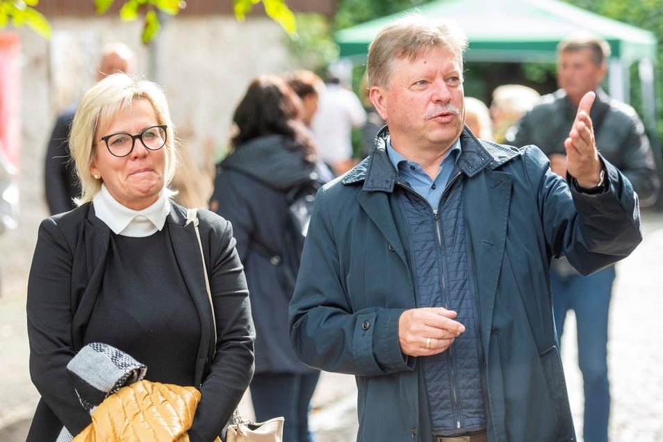 Radebeuls Oberbürgermeister Bert Wendsche mit Sachsens Kulturministerin Barbara Klepsch (CDU) zum Weinherbst im September 2020. Die Ministerin ließ sich zeigen, wie unter Einhaltung eines Hygienekonzeptes Kulturveranstaltungen im Freien durchgeführt we