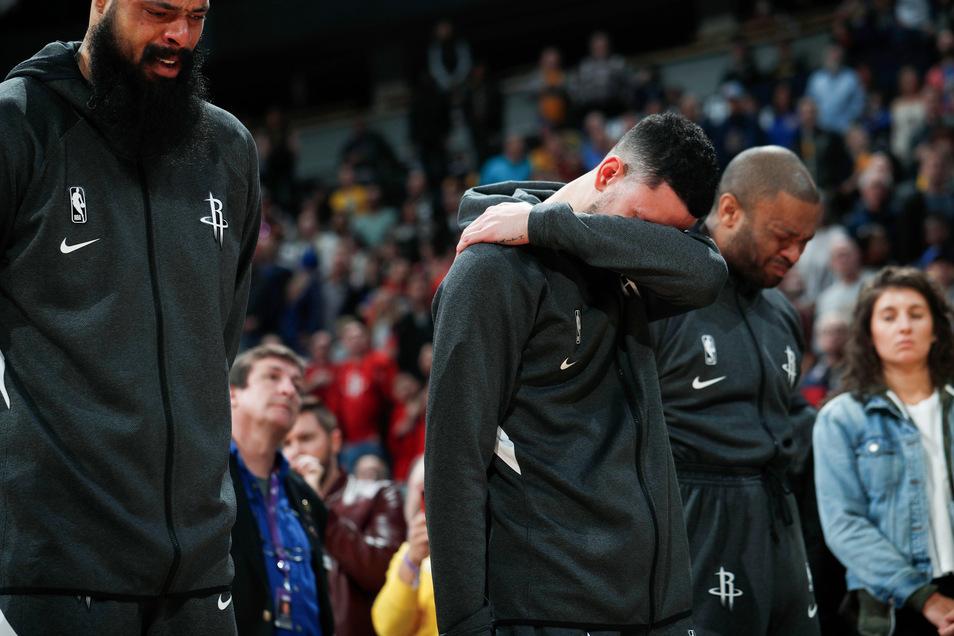 Beim Spiel der Denver Nuggets gegen die Houston Rockets in Washington trauern die Spieler um Kobe Bryant.