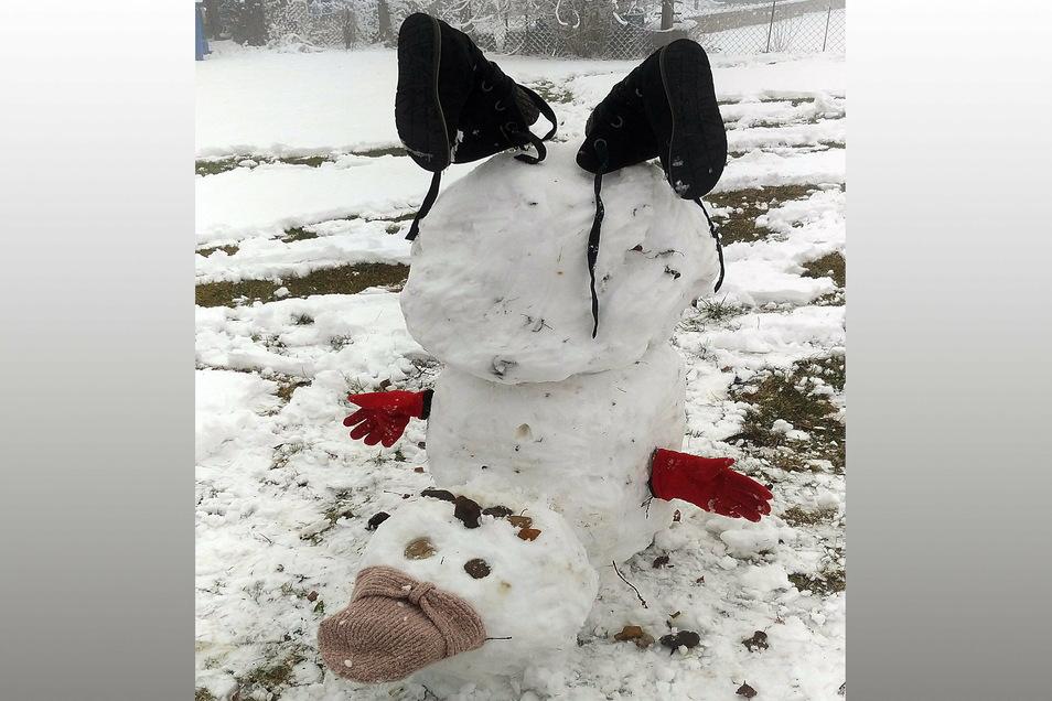 Dieser Schneemann von Sophia Leitert (8) und ihrer Mutter Arlette aus Hartha ist müde und liegt deshalb im Schnee.