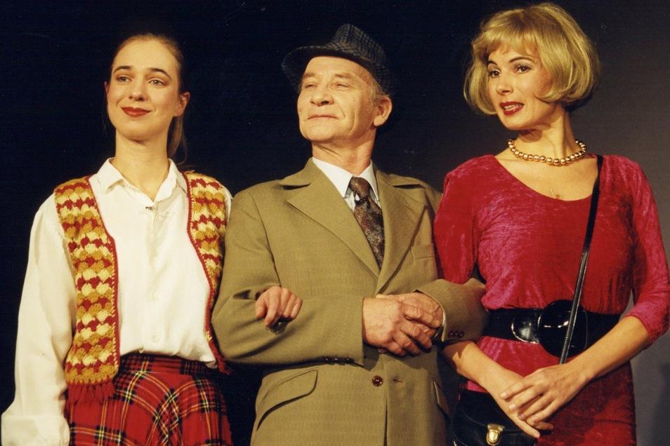 """Detlef Lux mit Kerstin Wachmann (links) und Caroline Kahmann in """"Aber Herr Preil""""."""