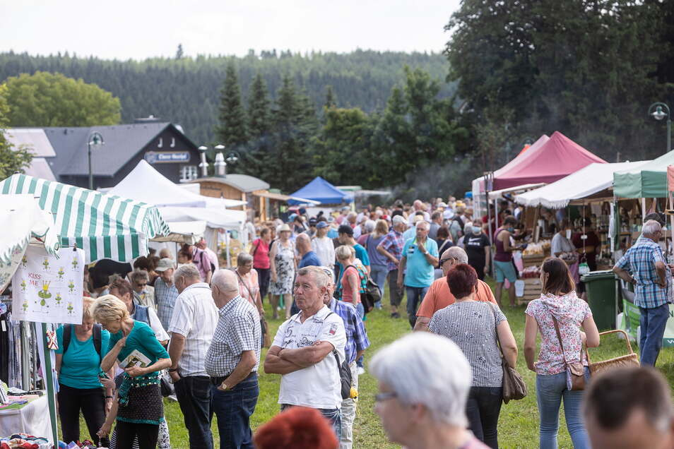 So viele Gäste auf einmal gab es lange nicht mehr im Botanischen Garten Schellerhau. Am Sonntag fand dort wieder ein Gartenfest statt.