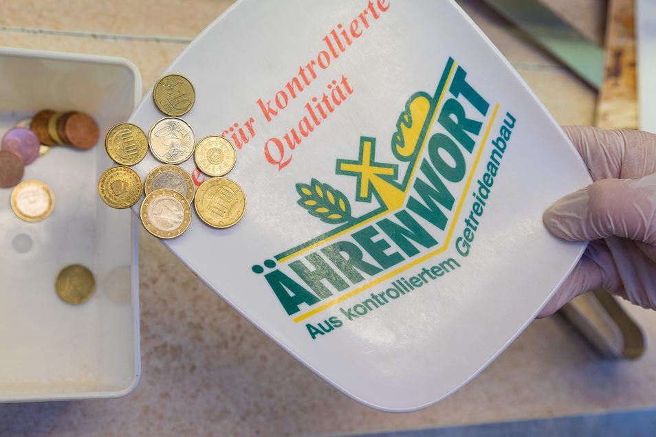 Die Münzen der Kunden kommen in eine Extra-Box und werden erst desinfiziert, bevor sie als Wechselgeld in der Kasse landen.