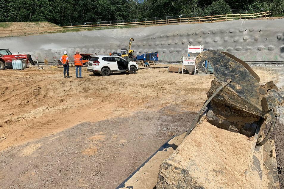 Tunnelbaustelle am Kohlberg: Die Voreinschnittwand muss vor dem Baustart aufwendig gesichert werden.