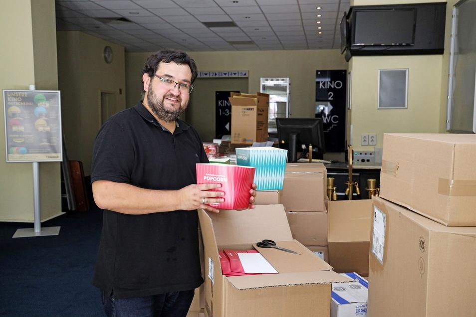 Nach acht Monaten bald wieder zurück im gewohnten Job: Kinochef Alexander Malt packt im Riesaer Capitol die Lieferungen für die Popcorn-Theke aus.