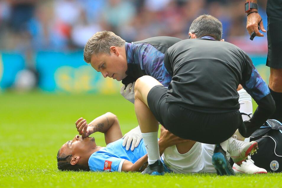 Nach seiner Verletzung im Spiel zwischen dem FC Liverpool und Manchester City wird Leroy Sané von den City-Ärzten versorgt.